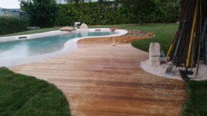 realizzazione pavimentazione per giardino con piscina