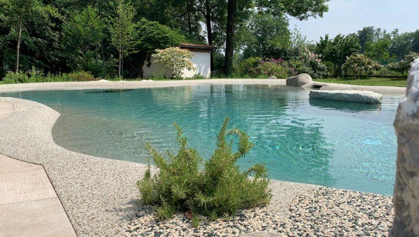 piscina interrata con pavimentazione antibatterica