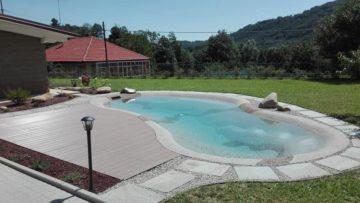 giardino con piscina naturale